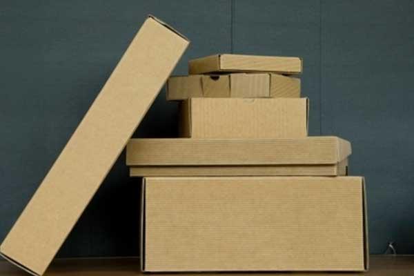 delle scatole di cartone una sopra l'altra e una obliqua
