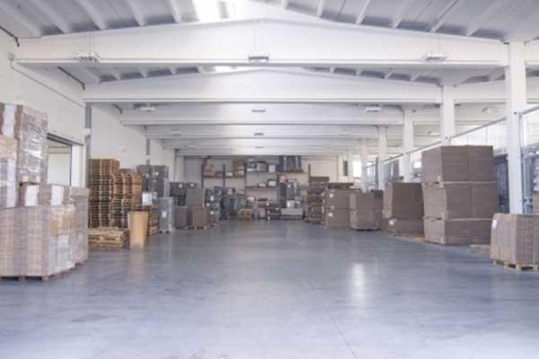 interno di un magazzino con bancali e scatole