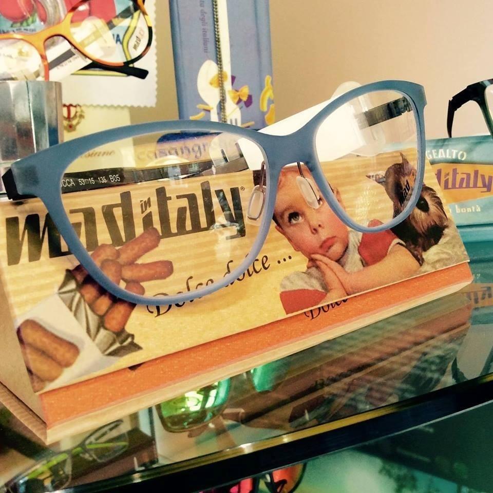 occhiali da lettura con montatura azzurra