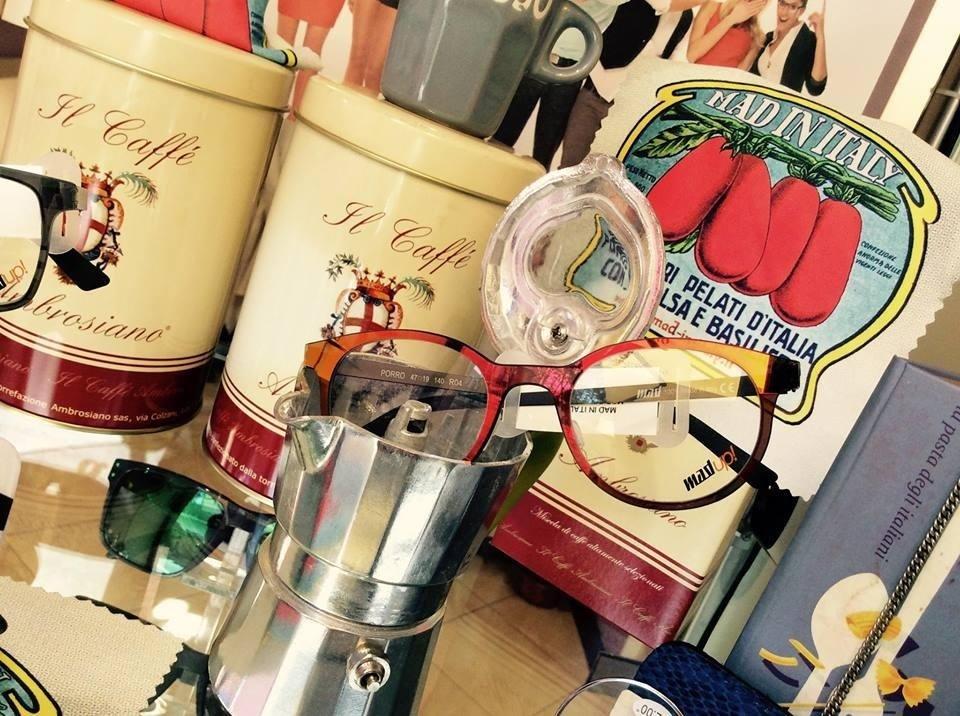 occhiali da vista con montatura rossa dentro una caffettiera