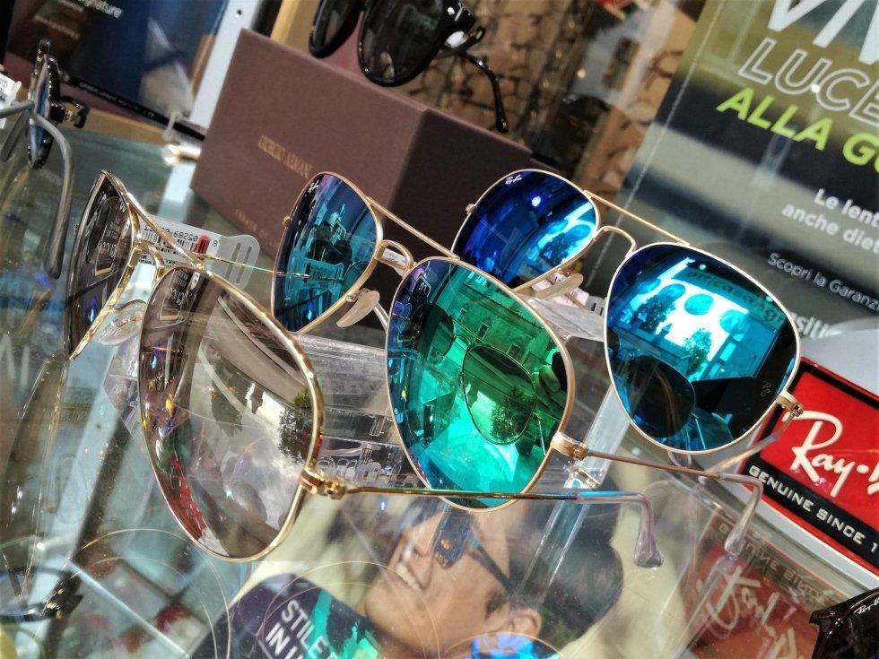 occhiali da sole con lenti di colori diverse