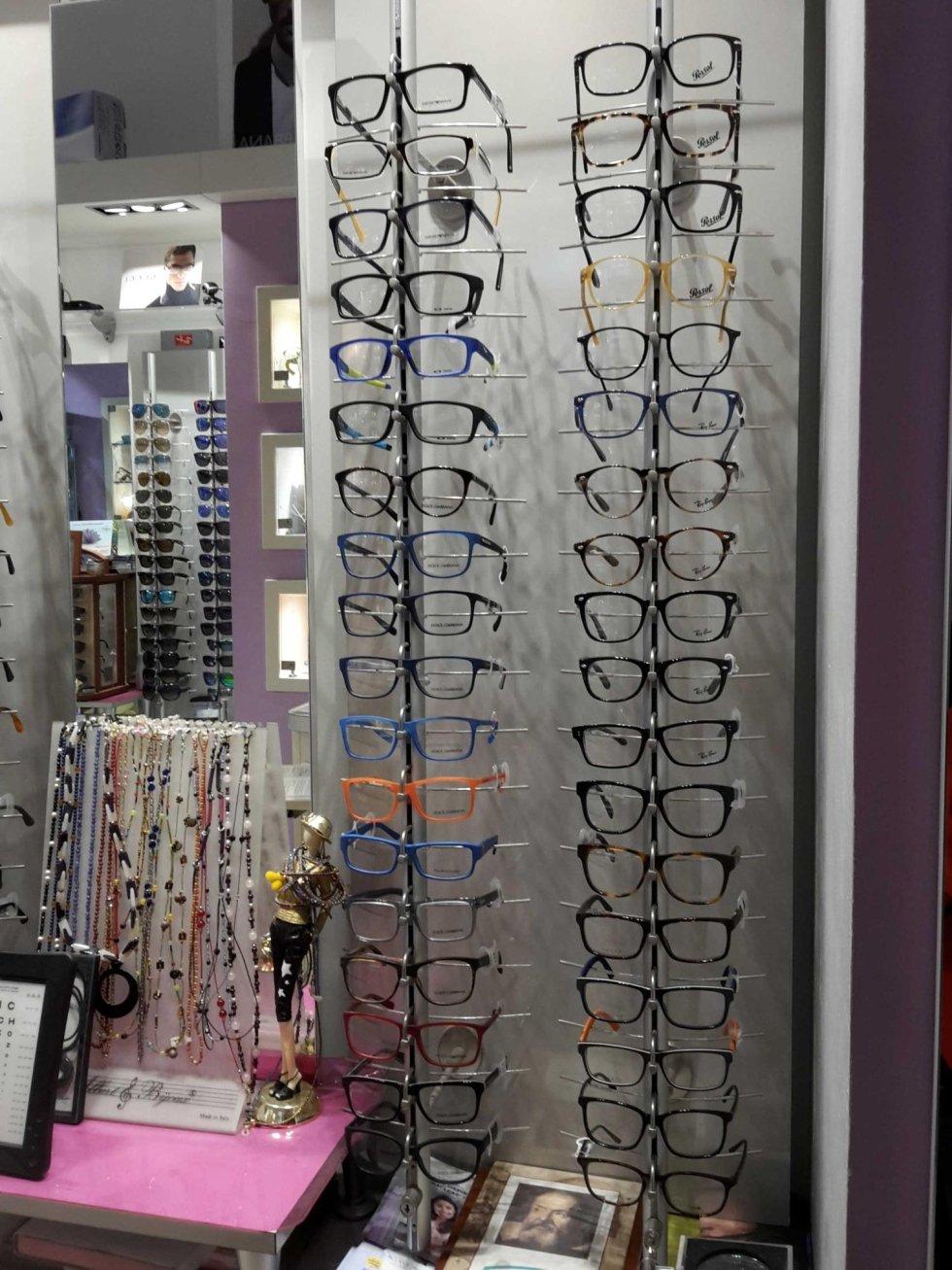 Ampia selezione di occhiali da vista esposta in un negozio di ottica