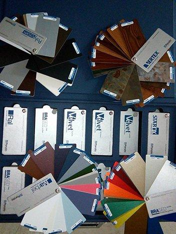 Dei campioni in legno di vari colori