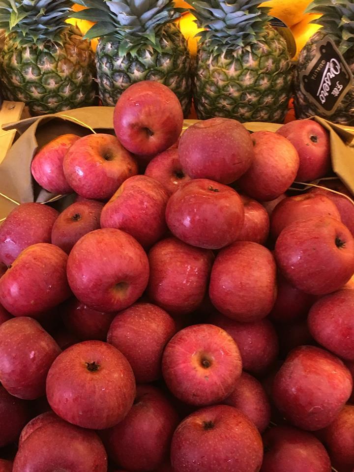delle mele rosse e degli ananas