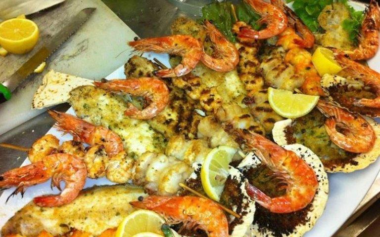 Lo chef propone spiedini di pesce