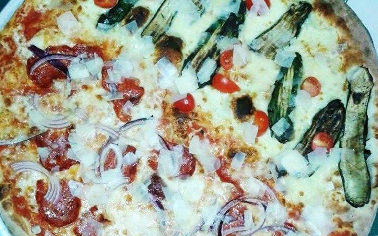 Pizza vegetariana con verdure grigliate