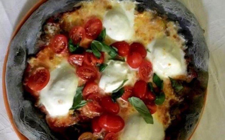 Pizza con impasto nero al carbone vegetale
