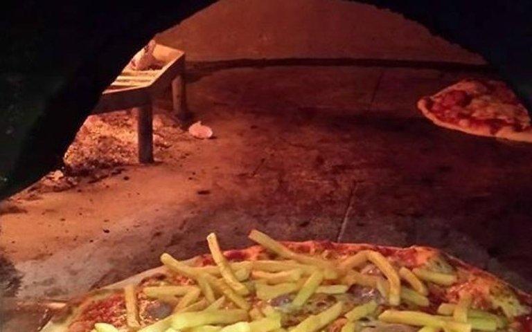 La pizza con le patate fritte è in preparazione