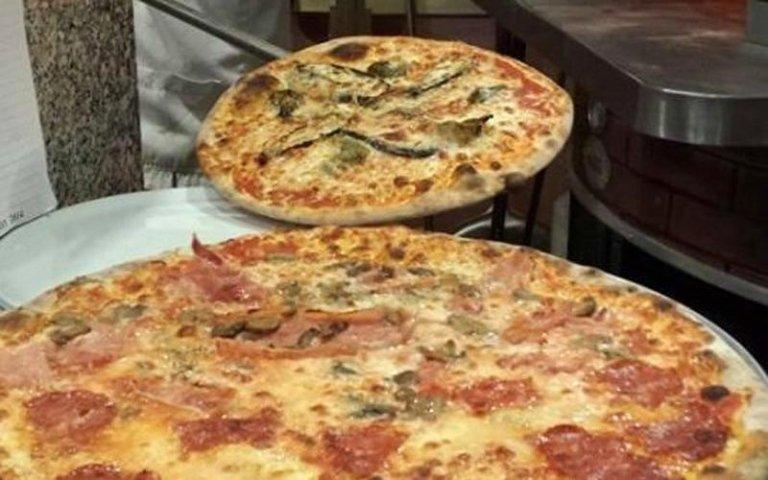 Le pizze sono pronte per essere servite al Cavallo Bianco