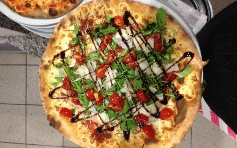 Pizza condita con aceto balsamico