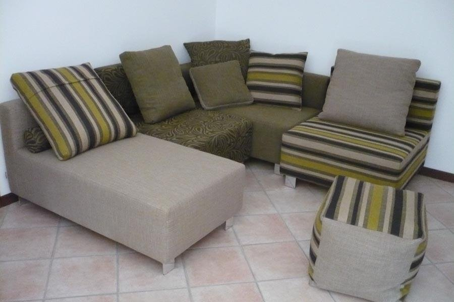 divano chaise longue verde e pouf