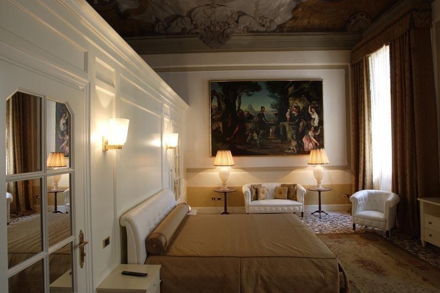 camera matrimoniale con quadro artistico