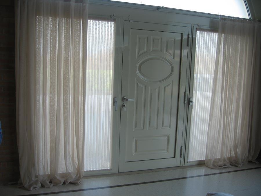 tende e porta d'ingresso grigia