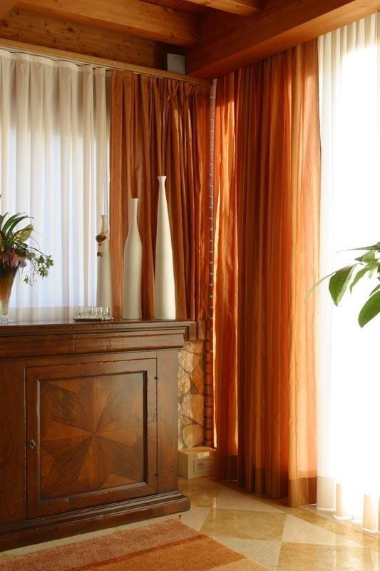 tende arancioni e mobile di legno