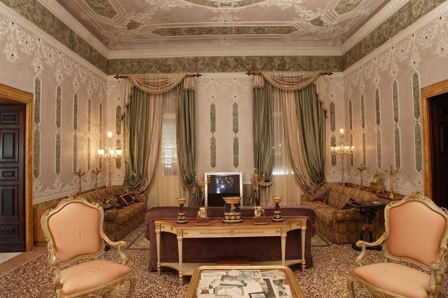 sala da pranzo regale con drappeggi grigi