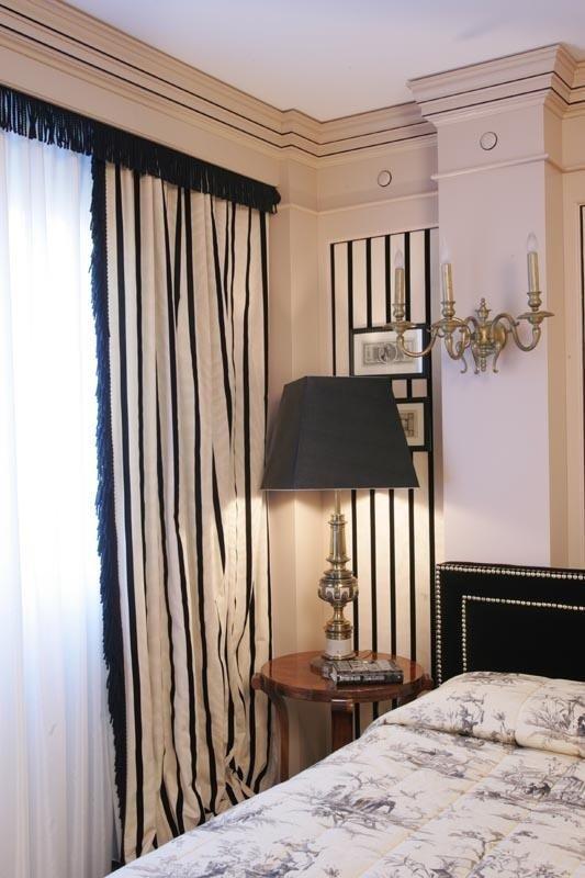 camera da letto con tende a righe