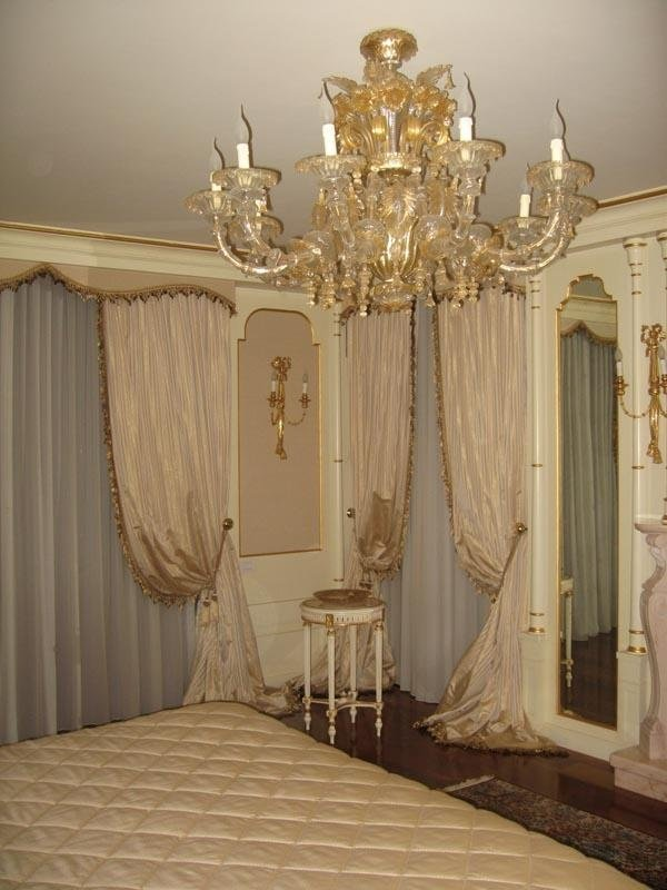 sala da letto con drappeggi color rosa pallido