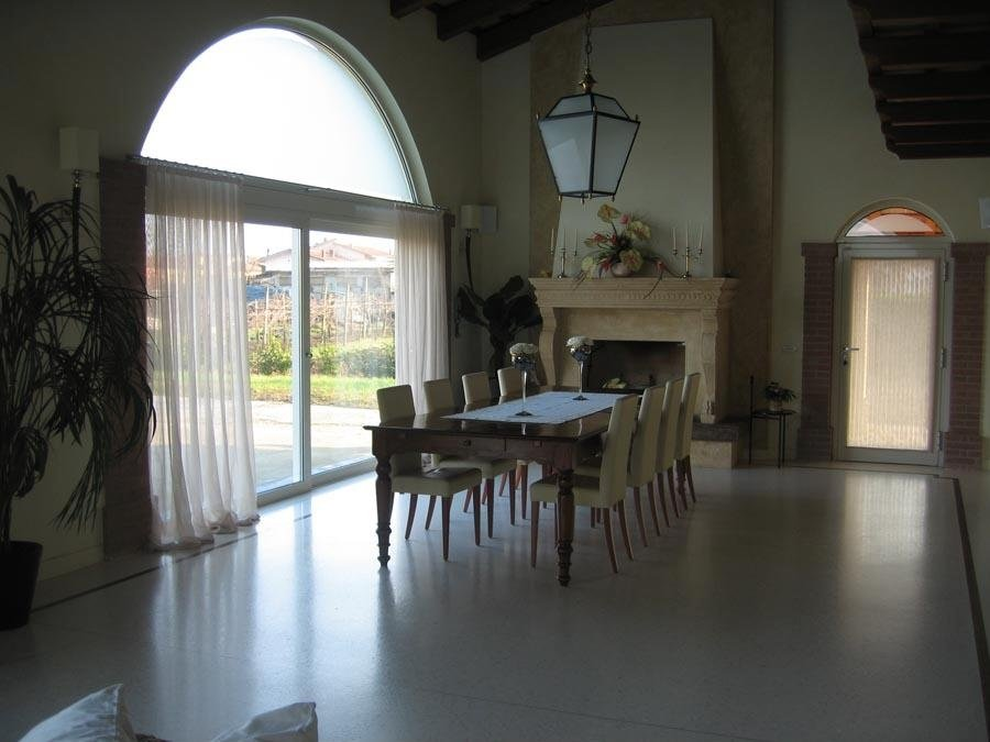 sala da pranzo con tavolata