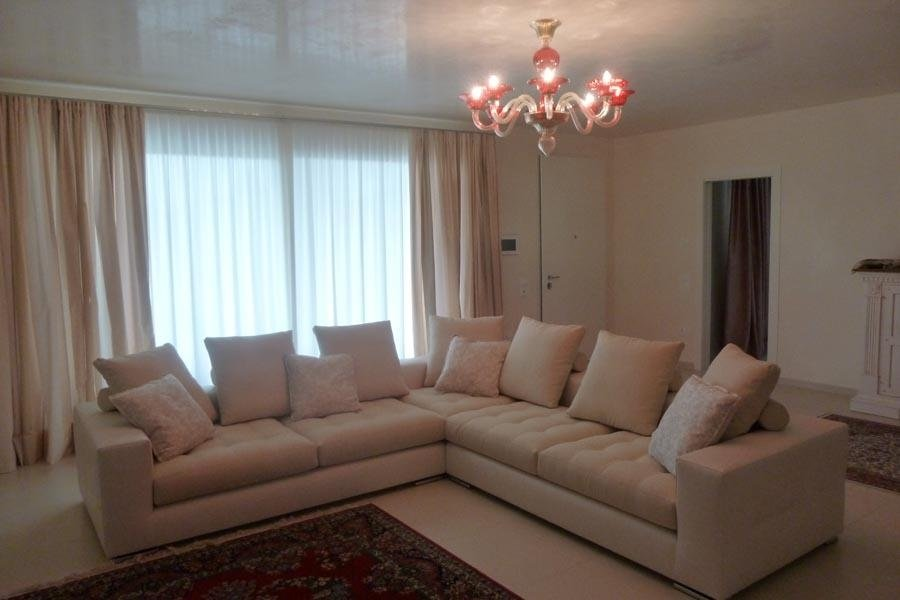 divano ad angolo color crema