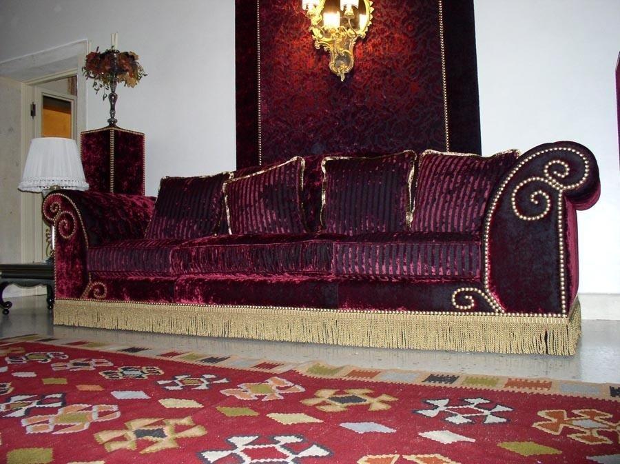 divano in velluto viola a frangia