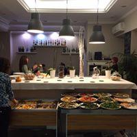 Un buffet e delle donne in piedi in un ristorante