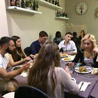 Delle persone che mangiano sedute a un tavolo