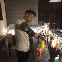Un barista che prepara un cocktail