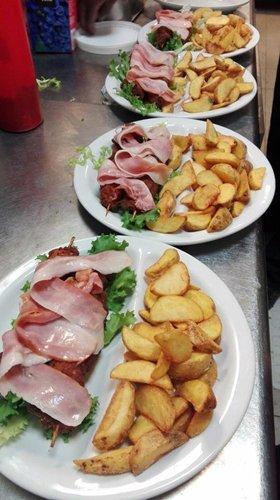 piatti con spiedini di carne e patate al forno