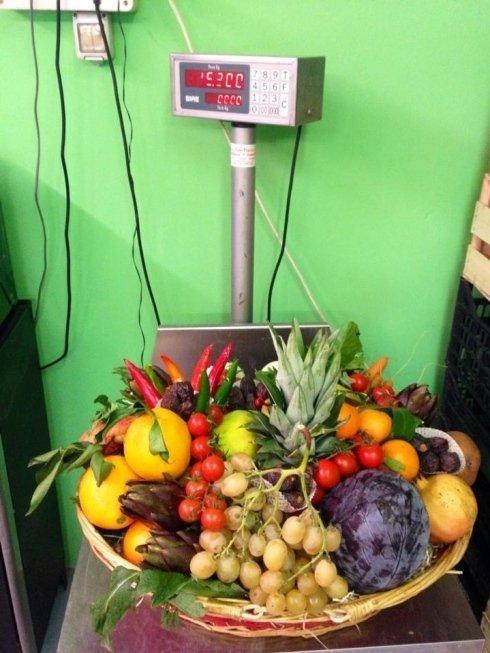 cesto con frutta e verdura fresca