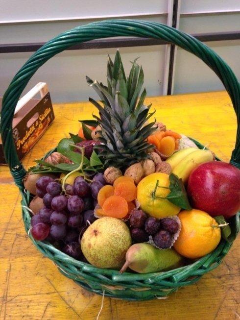cesto con frutta fresca e secca