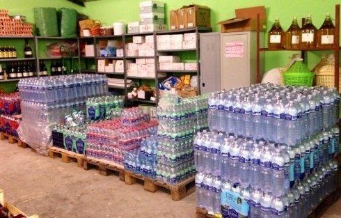 magazzino di alimentari, acqua naturale, acqua gassata