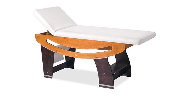 Lettino bianco reclinato con base in legno chiaro e scuso