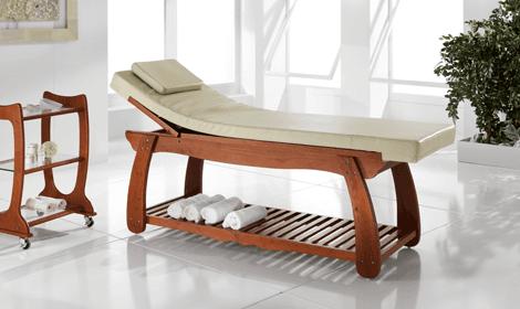 Lettino beige reclinato con base in legno