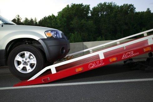 una macchina che sta per essere caricata su un carro attrezzi