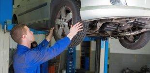 un meccanico mentre monta una ruota di una macchina