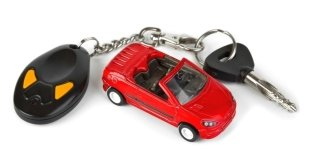 un modellino di un auto e le chiavi di una macchina
