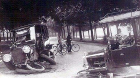 foto in bianco e nero di una vecchia macchina antica con l'asse delle ruote danneggiato in una strada