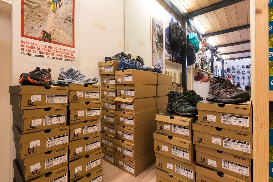 pile di scatole di scarpe
