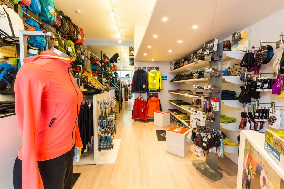 interno del negozio con scarpe e capi esposti