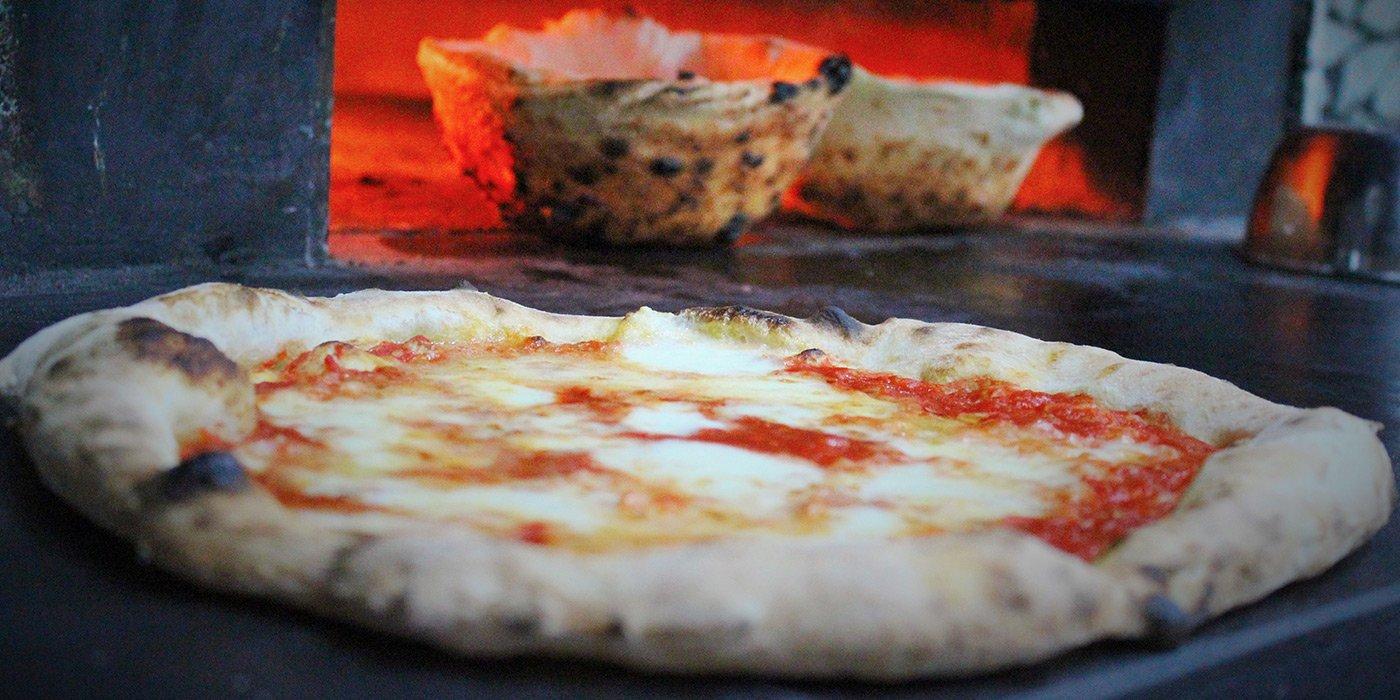 Pizza margherita in forno a legna presso Riccio Ristorante Pizzeria a Santa Maria a Vico (CE)