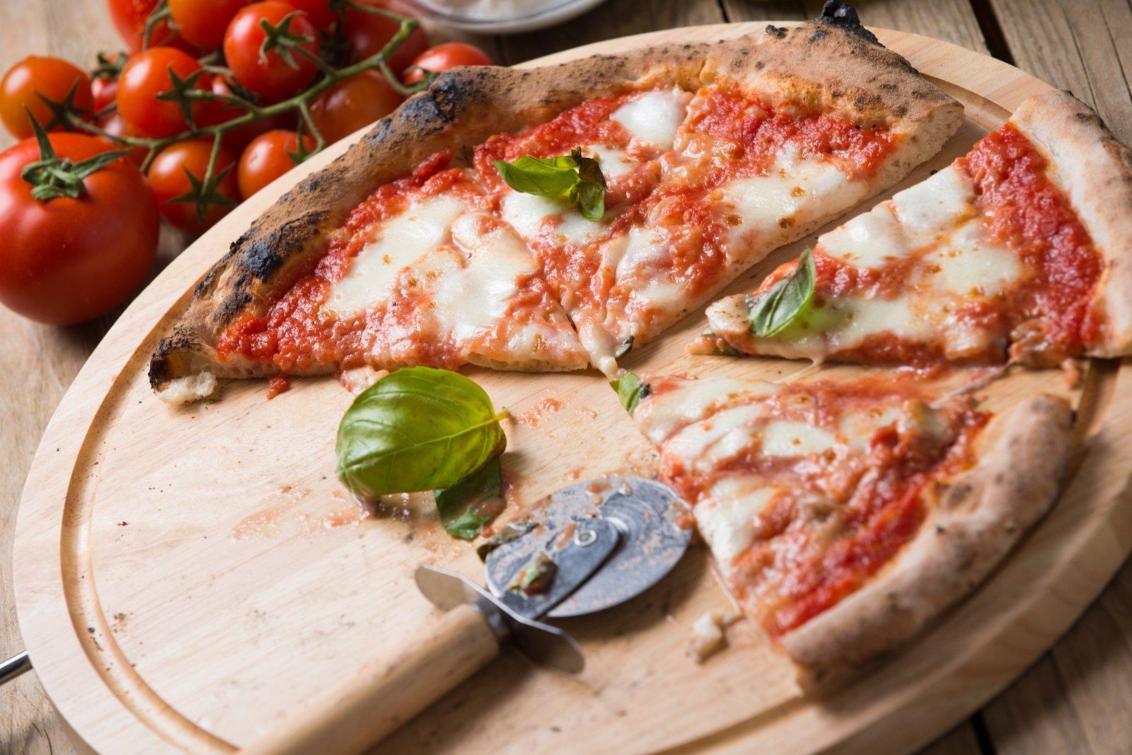 Pizza margherita cotta in forno a legna del Riccio Pizza e Restaurant a Santa Maria a Vico (CE)