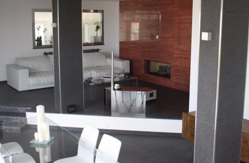 sala con pavimento in marmo
