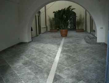 strada in marmo grigio