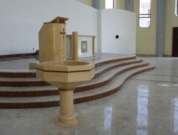 scala e piano in marmo con fontana