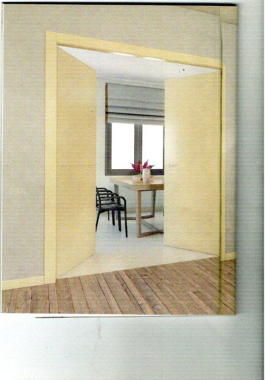 Interno casa beige con parquet