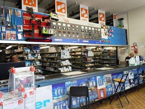 iterno di un negozio di materiali elettrici