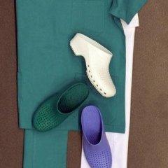 Pantaloni e scarpe uso sanitario