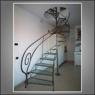 scala in vetro e ferro battuto