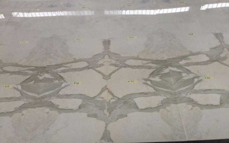Pavimento in marmo con macchia aperta