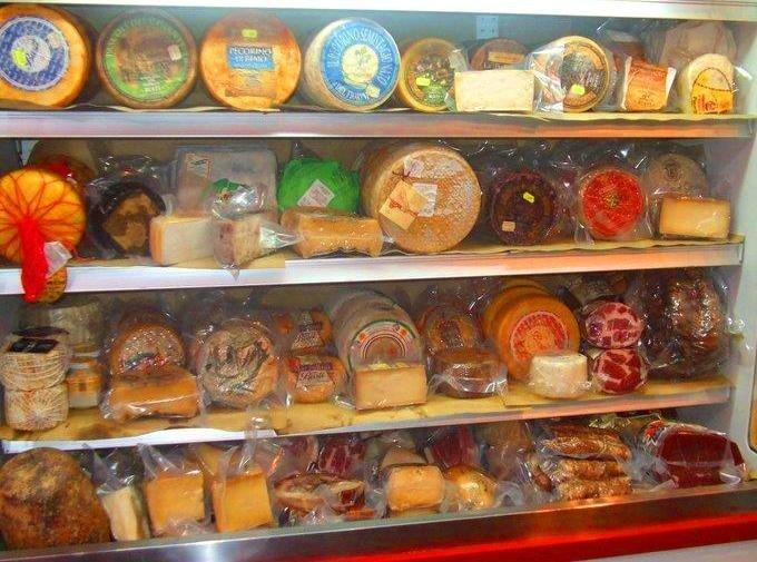 esposizione di formaggi e carni in un bancofrigo